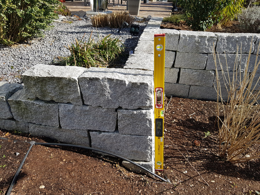 Überprüfung von Steinmauer