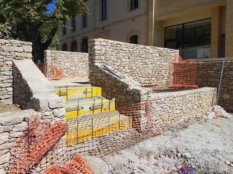 Steinmauer mit Steintreppe