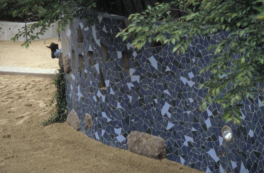 Steinmauer mit blauer Verzierung